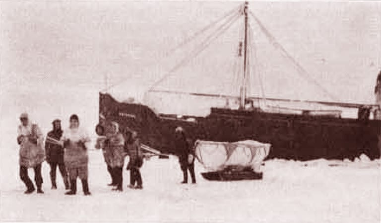 SS Baychimo being abandoned